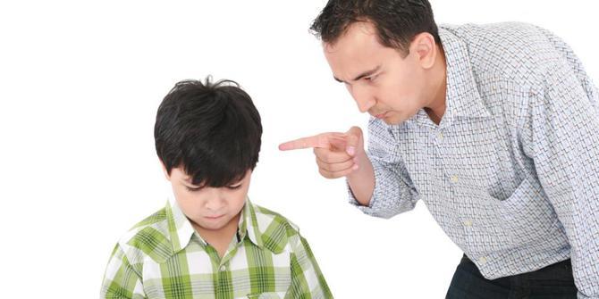 """Orang tua sering kali hilang kesabaran ketika menghadapi kenakalan anak, seperti rewel, berkelahi, mencuri, tidak patuh, dan sebagainya. Berbagai macam cara mulai dari bentakan, ancaman, hingga pemukulan secara fisik kerap dilakukan oleh orang tua supaya dapat meredam kenakalan mereka. Pertanyaannya, menurut Anda apakah cara-cara tersebut efektif? Mungkin ada sebagian dari Anda yang setuju dan sebagian lain mungkin menjawab tidak setuju.  Menjadi orang tua sangat dibutuhkan kesabaran ekstra, adalah memang tanggung jawab Anda untuk bisa mengendalikan mereka, akan tetapi bukan dengan cara kekerasan fisik dan kata-kata kasar. Anak-anak butuh waktu untuk bisa memahami segala sesuatu, Anda pun dulu waktu seusia mereka pasti juga melakukan kenakalan yang sama. Lepas dari betapa suram masa kecil Anda dulu atau betapa tegas orang tua Anda telah mendidik Anda selama ini, ketahuilah bahwa anak-anak Anda saat ini adalah pribadi yang berbeda. Anda boleh menerapkan pola pengasuhan yang sama seperti yang Anda terima dari orang tua Anda dulu atau Anda ingin menerapkan pola pengasuhan yang baru, itu semua terserah kepada Anda.  Oleh karena itu, apapun alasannya, bila Anda terpaksa harus marah untuk menunjukkan ketegasan Anda kepada anak-anak Anda, sebisa mungkin kendalikan emosi Anda dan hindarilah mengucapkan kata-kata berikut ini kepada mereka:  1. """"Dasar berengsek!""""  Kalimat kasar yang sering diucapkan oleh orang dewasa yang sedang marah ini tidak patut ditujukan kepada seorang anak. Ketika seorang anak menerima kalimat ini dari orang tuanya, maka hal itu akan tertanam dalam benak mereka dan mereka akan belajar untuk semakin tidak menghormati Anda. Lebih parahnya lagi mereka akan meniru dan mengucapkan hal yang sama kepada orang lain.  2. """"Ini semua salahmu!""""  Anak-anak sangat membutuhkan arahan dan bimbingan dari kedua orang tuanya. Ketika mereka berbuat kesalahan itu adalah hal yang wajar, sebagai orang tuanya Anda tidak boleh menghancurkan rasa ingin tahunya. Anda juga tidak """