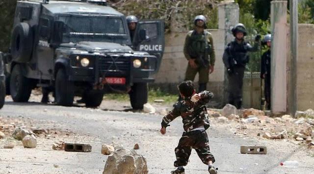 """Di Paksa Sujud Kepada Militer Israel, Bocah Palestina Menjawab : """" Saya Sujud Hanya Pada Allah """""""