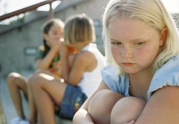 Saat Si Kecil Minder karena Tak Merasa Cantik, Ini yang Perlu Dilakukan Ibu